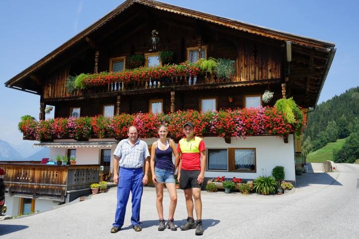 Landwirt Martin Hechenblaickner (l.) war für die große Unterstützung durch die beiden freiwilligen Helfer, den Jungbauern Christoph Langer (r.) und Freundin Sarah Stadler mehr als dankbar