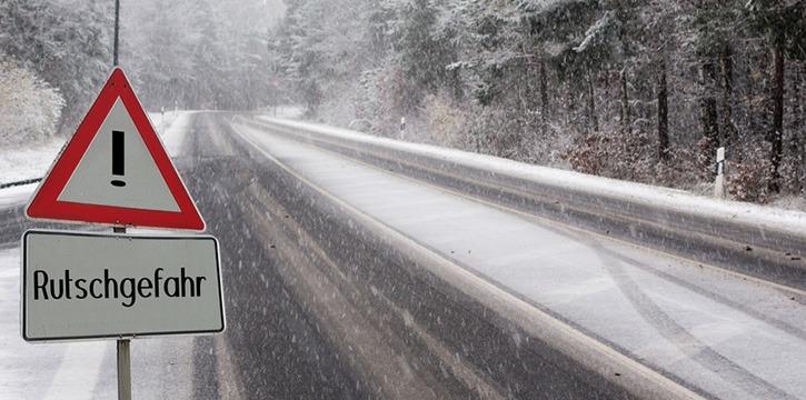 Winterdienst Maschinenring mit Schneeräumung und Streuung
