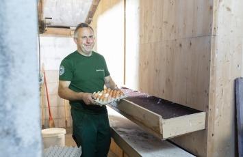 Paul Kehr kümmert sich um seine Hühner