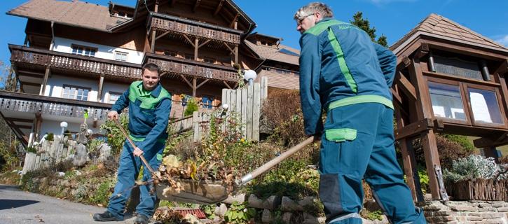 Grünraumpflege rund um Gebäude vom Maschinenring