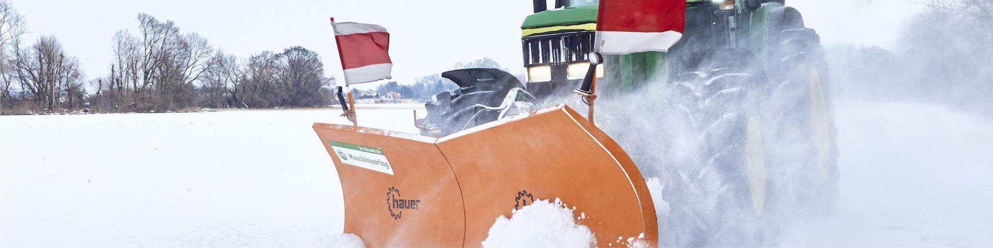 Maschinenring Winterdienst: Traktor beim Schneeräumen