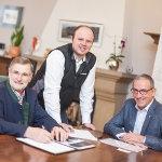 Der Bürgermeister der Stadtgemeinde Hallein Gerhard Anzengruber (re.) mit Maschinenring Kundenbetreuer Andreas Waldmann und Vizebürgermeister Josef Rußegger.