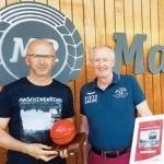 Gerhard Renz von der Firma Progress (re.) überreicht den Preis für eine der besten Außenwerbekampagnen Salzburg im Jahr 2017 an Marketingleiter Michael Fazokas.