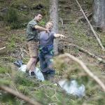 Waldaufseher mit Forstarbeiter