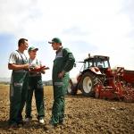 Landwirte am Feld - Teaserbild zum Maschinenring Geschäftsbericht 2016